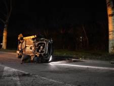 Auto knalt tegen boom in Spijkenisse, bestuurder kruipt zelf uit auto