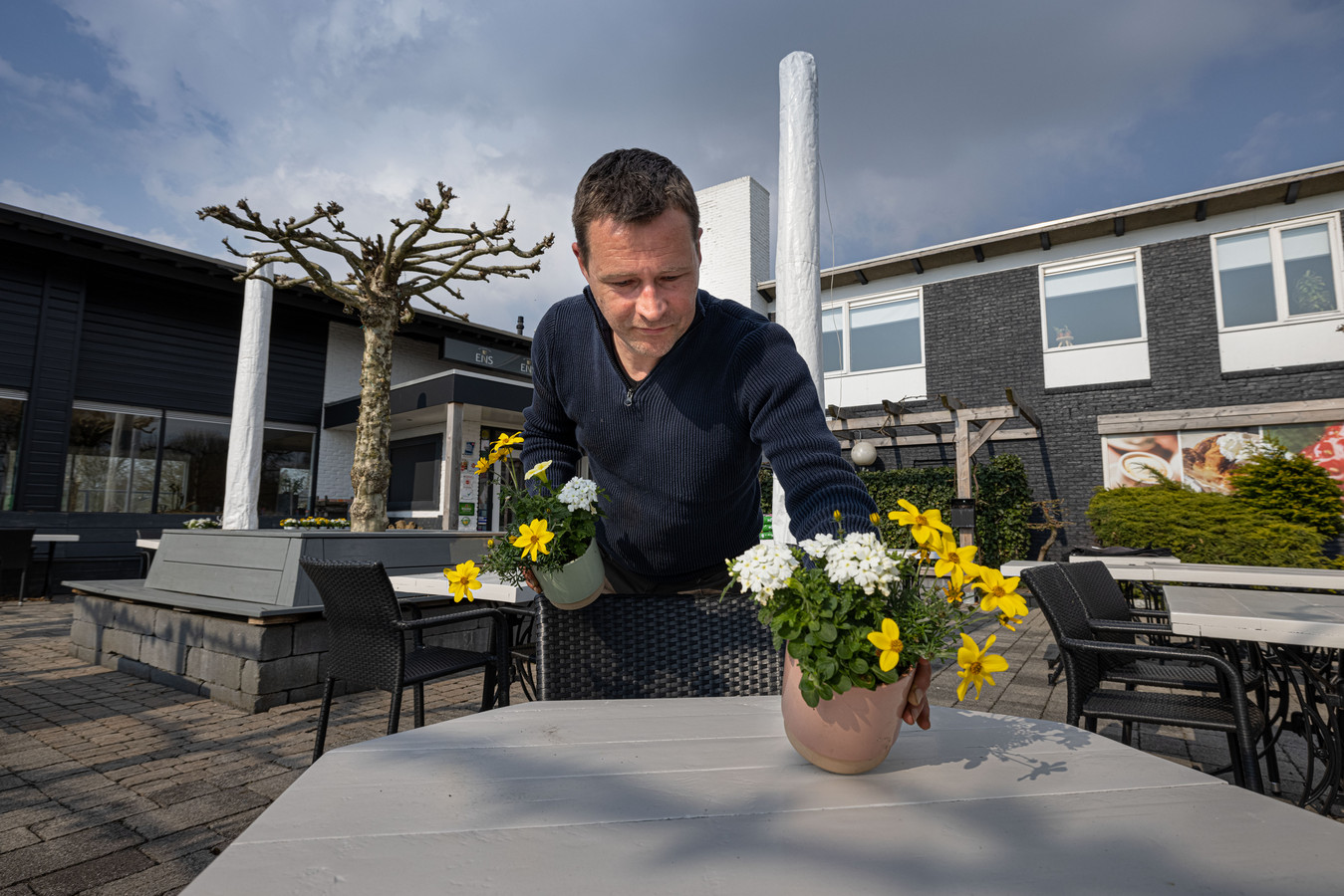 Dennis Goossens, eigenaar van het Wapen van Ens en Restaurant Schokland, maakt zijn terras in Ens op orde.