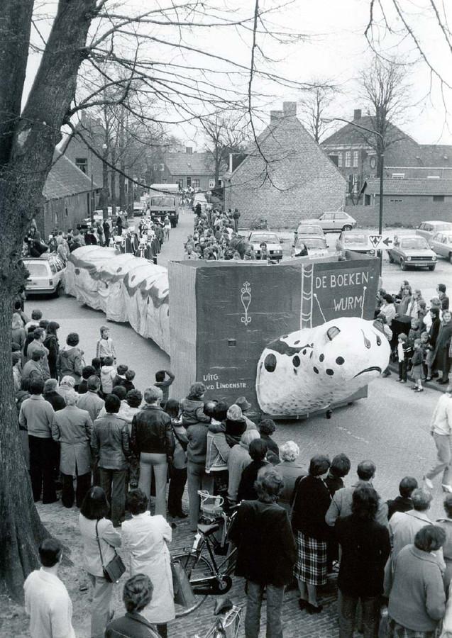 De Boekenwurm van de V.d. Lindenstraat in de optocht die speciaal werd gehouden voor de Boekenweek. Overigens had deze wagen ook meegedaan in de carnavalsoptocht.