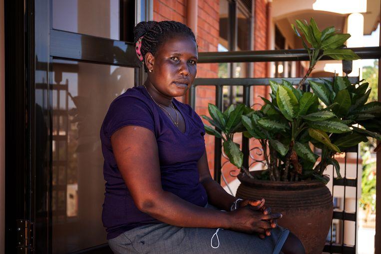 Esther Joan (27) gaat de ziekenhuizen in Kampala langs in de hoop dat ze gevaccineerd kan worden. Beeld Badru Katumba