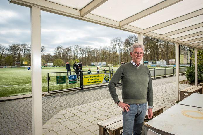 Henk Bulten, voorzitter van Hatto-Heim, wil het sportpark voortaan behoeden voor de rotzooi die hangjongeren daar achterlaten. Ook de politie zal hier voortaan scherper op controleren.