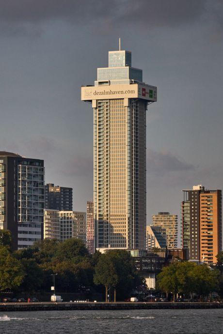 Daar is 'ie: het topje van de hoogste toren van het land. En bijna alle woningen zijn al verkocht