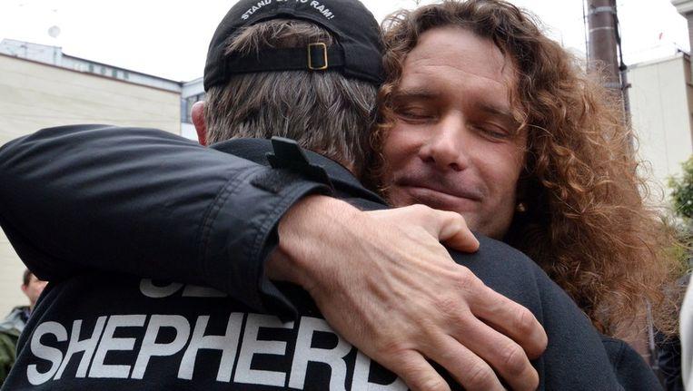 De vrijgelaten Erwin Vermeulen wordt gefeliciteerd door Sea Shepherd-lid Scott West. Beeld afp