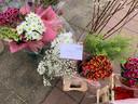 Huisartsen, scholen en kinderopvang profiteerden van de onverkoopbare bloemenvoorraad van marktkoopman Bisschop uit Hattemerbroek.