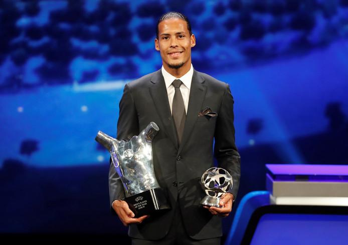 Virgil van Dijk met zijn prijzen voor UEFA Player of the Year en die voor beste verdediger van afgelopen seizoen in de Champions League.