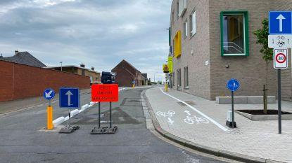 Enkele rijrichting en rijstrook exclusief voor fietsers aan gemeenteschool De Schatkist