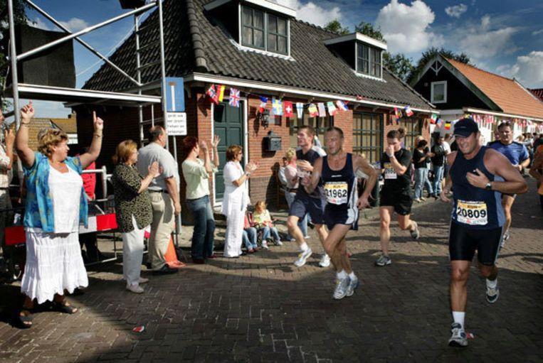 Deelnemers aan de Dam tot Damloop in de wijk Kadoelen in Amsterdam-Noord. Foto GPD/Klaas Fopma Beeld