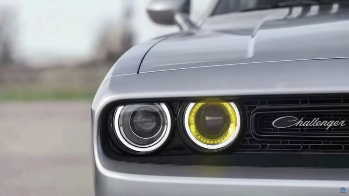 Hoe vreemd de positie ook lijkt: deze Dodge Challenger heeft wel degelijk zijn richtingaanwijzer aanstaan.