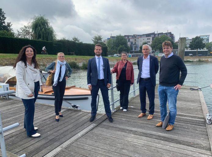 André Flach (met stropdas) en Hans Ton (uiterst rechts) voeren vrijdag met een delegatie van de Drechtsteden door de regio.