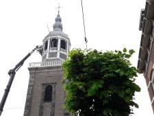 Specialistische klus: uurwerk Grote Kerk in Almelo krijgt opknapbeurt