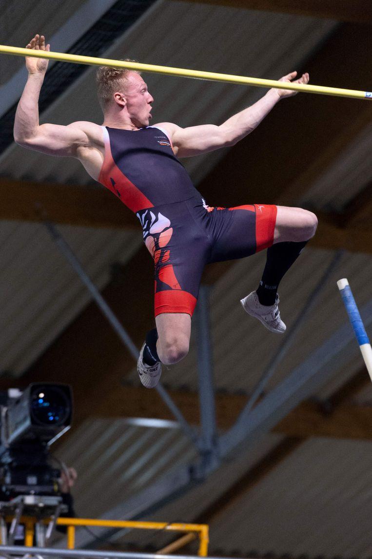 Menno Vloon nog in de lucht na een succesvolle sprong over 5,96 meter. Beeld AFP