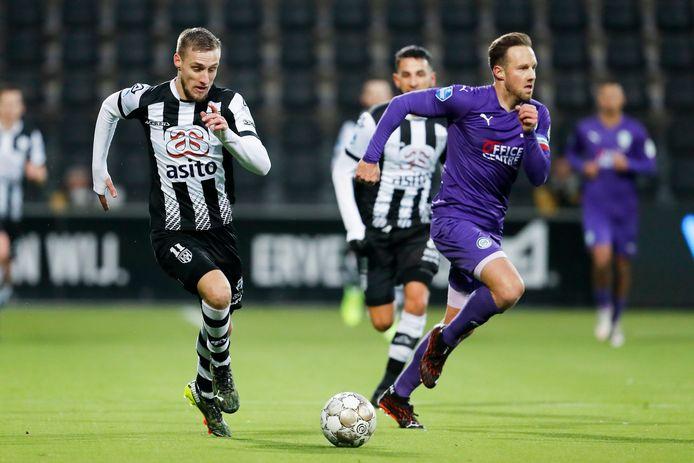 Silvester van der Water in duel met Bart van Hintum tijdens het duel tussen Heracles en FC Groningen.