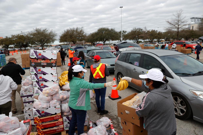 Voedselbedeling in Houston. De aanvoer van levensmiddelen was stilgevallen door de gladde wegen en de onmogelijkheid om spullen te koelen.