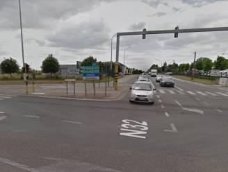 Aanhangwagen vrachtwagen rijt zijkant Mercedes open op druk kruispunt in Roeselare