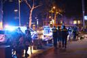 Het horecaprotest eindigde door toedoen van een op de vlucht geslagen wildplasser (die wordt op de foto weggevoerd) en een motorrijder die de boel kwam verstoren, in een massaal politieoptreden. Beide arrestanten hadden niets van doen met het horecaprotest.