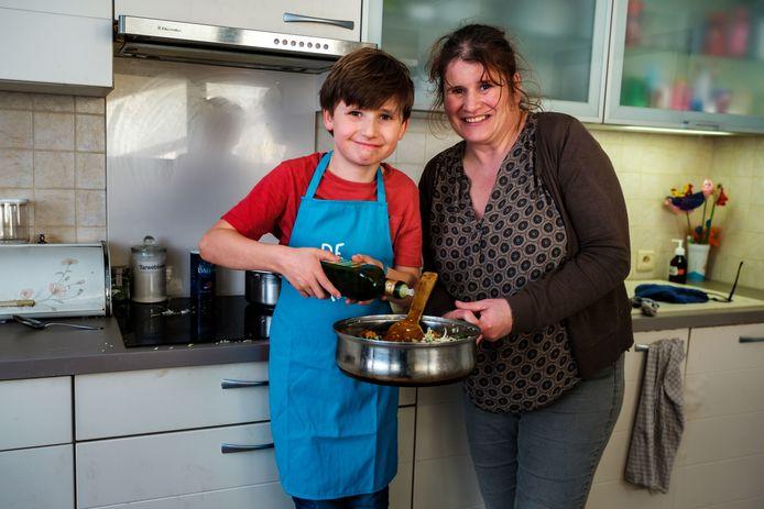 Matteo Gys en zijn mama in de keuken.