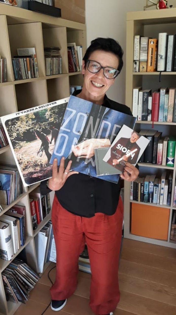 Ilse Everaert van Uitbureau met de platen van de genodigde artiesten