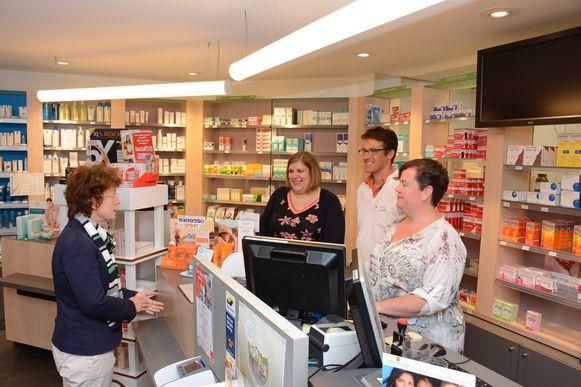 Cursisten Joke Van Hoeye en Dorine Van Bogaert mochten al eens achter de toonbank staan van apotheek COOP van docent Stijn Lazeure.