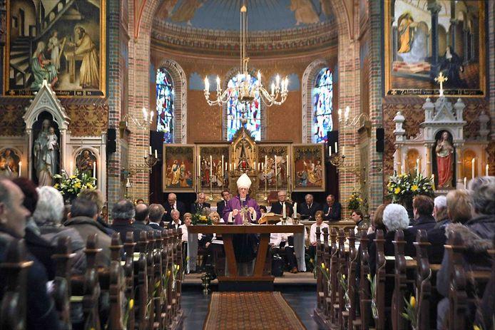 Feestelijke mis met toenmalig bisschop Hurkmans van Den Bosch in de Donatuskerk in Altforst in 2013.
