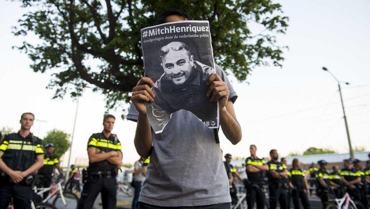 Een demonstrant protesteert naar aanleiding van de dood van Mitch Henriquez. Beeld anp