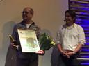 Van tv-tuinman Lodewijk Hoekstra (rechts) kreeg Sjaak Willemstein tweemaal awards uitgereikt die horen bij de titel duurzaamste hovenier van Nederland.