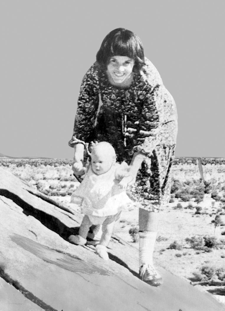 Moeder Lindy Chamberlain-Creighton met Azaria bij Ayers Rock. Beeld AFP