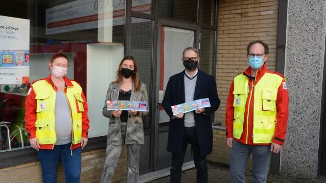 Rode Kruis-afdeling verkoopt eerste sticker aan actrice Dorien Reynaert