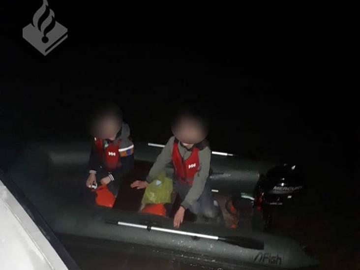 Twee jonge schippers (15 en 12) varen in het donker zonder verlichting over de Boven Merwede bij Woudrichem
