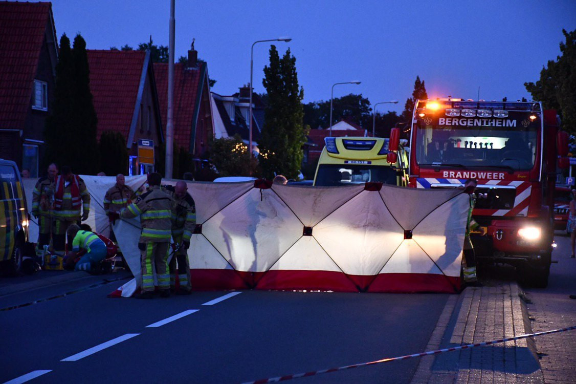 De brandweer plaatst schermen op de ongevalslocatie in Kloosterhaar.
