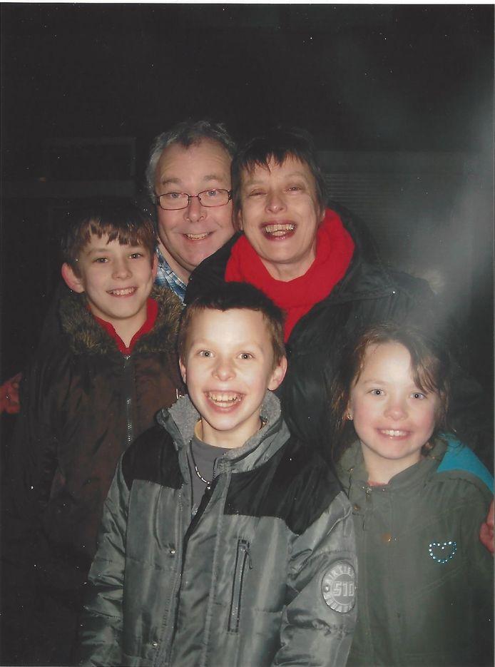 Ludo en Lia, met hun kinderen Tjores, Hannes en Benthe, inmiddels al 20, 19 en 17 jaar oud.