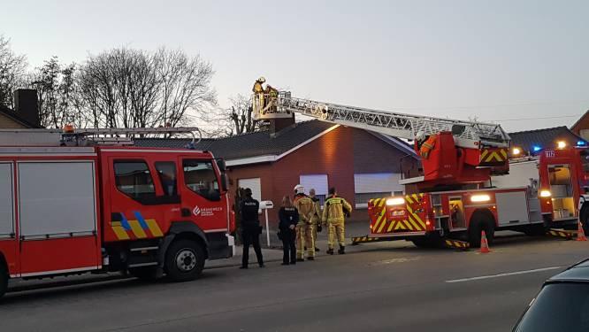 Voorbijganger ziet vlammen uit schouw komen in Eernegemstraat