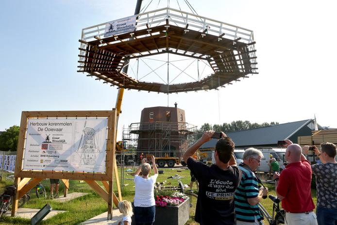 Opbouw van de korenmolen van Terwolde. Plaatsing van de omloop. De Ooievaar molen.