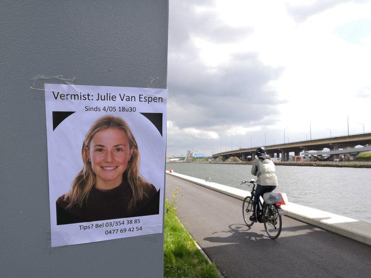 Een opsporingsbericht voor Julie Van Espen. Bakelmans wurgde haar vorig jaar aan het kanaal in Antwerpen, ter hoogte van het Sportpaleis. Beeld BELGAONTHESPOT