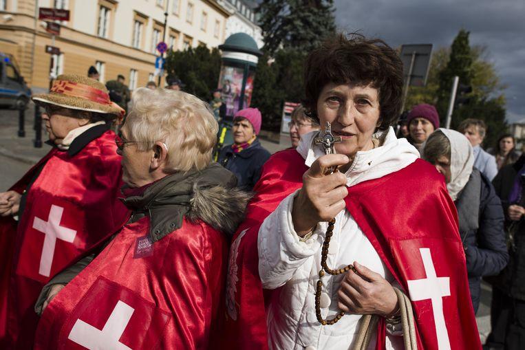 Katholieke demonstranten op de Nationale Rozenkransmars in oktober in Warschau. Beeld BELGAIMAGE