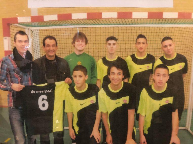 Hakim Ziyech (staand, tweede van rechts) op een elftalfoto van een jeugdteam in Dronten. Beeld