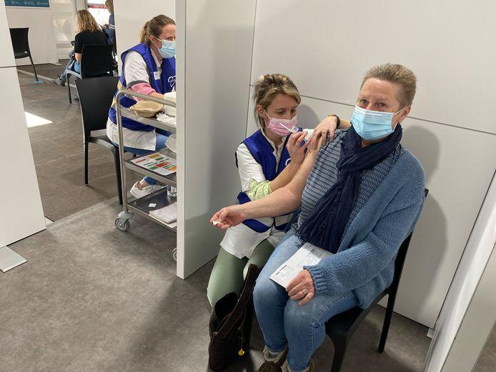 Chantal Moeskops laat zich vaccineren