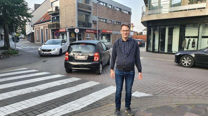 Peter Cornelis op het kruispunt van de Stationsstraat met de Kouter. Daar wordt de voorrangsregel vanaf woensdag gewijzigd.