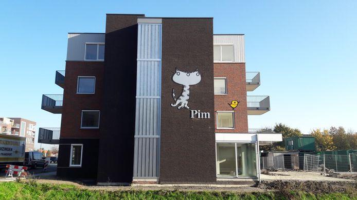 Poes Pim is niet te missen op de zijgevel van één van de twee nieuwe woongebouwen aan het Fiep Westendorpplein in Zaltbommel.