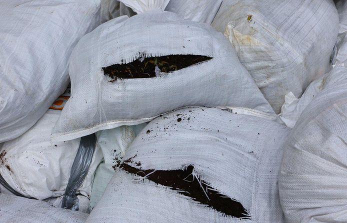 De zakken zijn gevuld met potgrond en andere benodigdheden voor een hennepkwekerij.