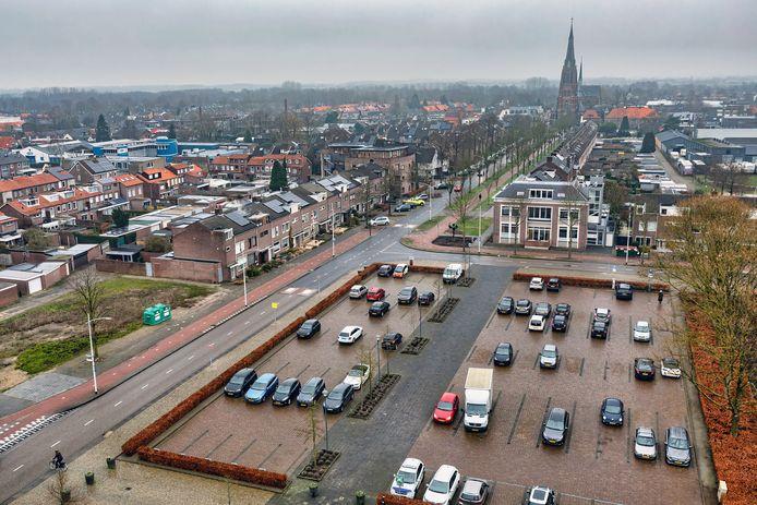 Bovenaanzicht van Rijen gezien vanuit de toren op het gemeentehuis. Links het grasveld waar zes woningen gebouwd gaan worden.