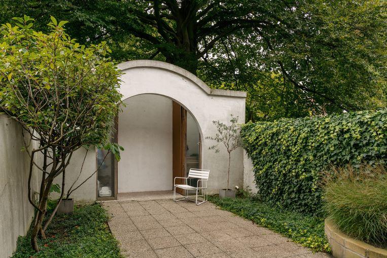 Ook het huisje achteraan in de tuin is een ontwerp van bOb Van Reeth.  Beeld Hannelore Veelaert