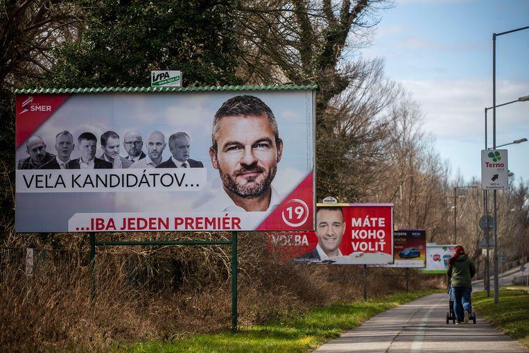 Op de voorgrond een verkiezingsposter van de sociaal-democratische premier Peter Pellegrini. Beeld Getty Images