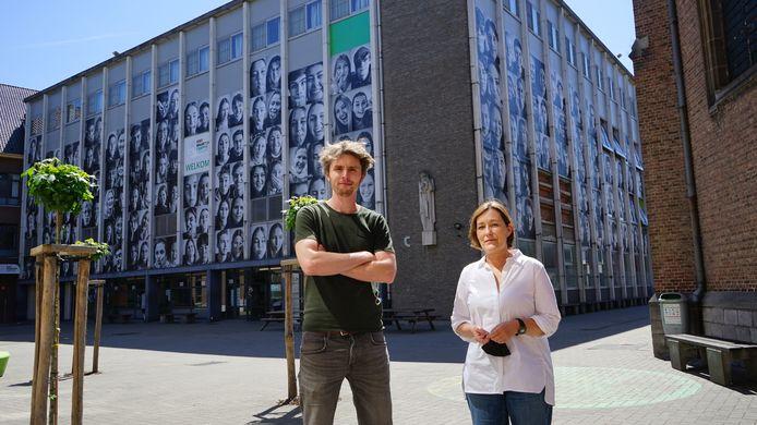 Leerkrachten Dries Verlodt en Grietje Van Dievoet namen het initiatief om van alle laatstejaars levensgrote portretten te maken en die aan de gevels van de school op te hangen.