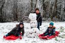 Aaron, Julian en Nicola hebben met hulp van hun papa en mama een sneeuwman gemaakt op Beulenberg in Tongeren.