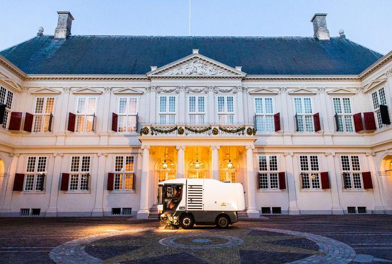 Een veegmachine veegt het voorplein van paleis Noordeinde op Prinsjesdag. Beeld anp