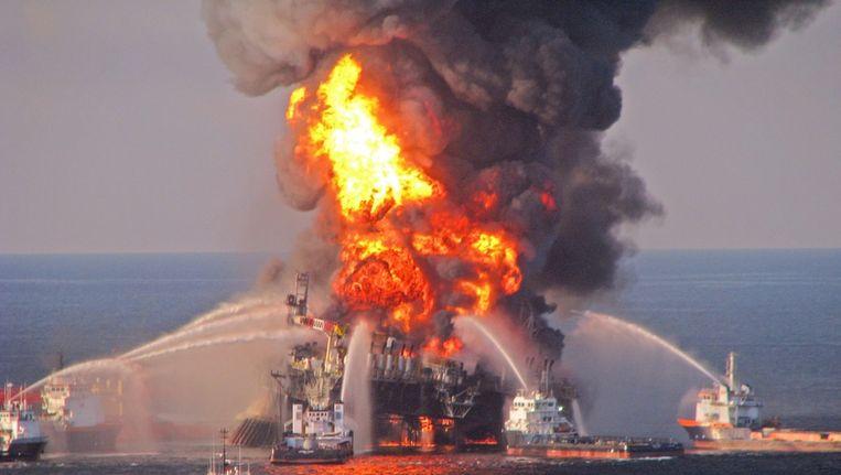 Brand op het platform Deepwater Horizon, in april 2010. Beeld epa