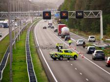 A50 bij Loenen weer vrij nadat vrachtwagen honderden bakstenen verloor op snelweg