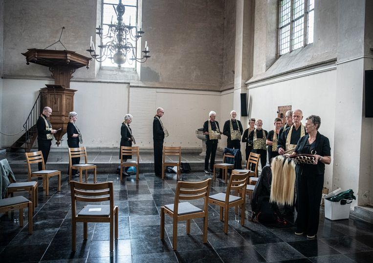 De St. Stevenskerk in Nijmegen. Alle meesters dragen een zijden rakusu, een traditioneel kledingstuk voor Japanse zenmeesters.  Beeld Koen Verheijden