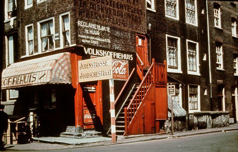 Amsterdam onder Duitse bezetting, Joodse Wijk, hoek Amstel - Nieuwe Kerkstraat, Amsterdam, 1943.  Beeld Frits J. Rotgans/Nederlands Fotomuseum