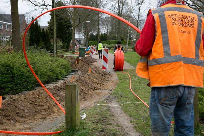 De aanleg van glasvezel in Warnsveld, inmiddels al ruim vijf jaar geleden. In de rest van de gemeente Zutphen blijft het voorlopig behelpen qua internetsnelheden.